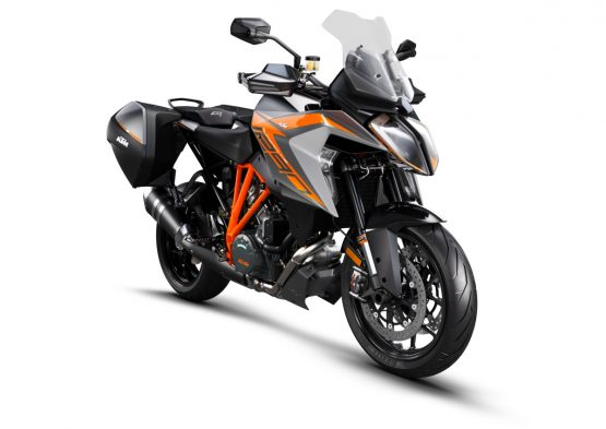 245718_1290 SuperDuke GT MY19 Black CASE Front-Right